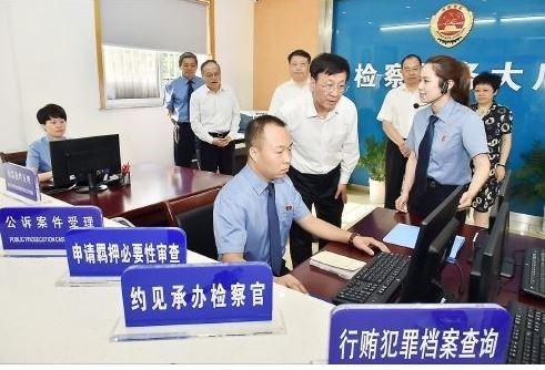 저장성 검찰청을 방문해 현장을 살피는 차오 검찰장(중앙) [사진 공산당 신문망]