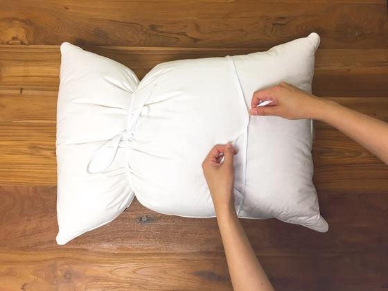 솜이나 거위털을 충전재로 사용한 베개는 끈으로 묶어 세탁하면 뭉치거나 쏠리지 않는다.