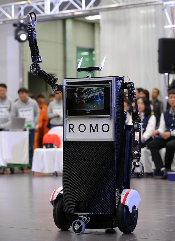 '1인용 모빌리티'와 로봇 팔을 결합한 '로모'. [사진 현대·기아차]