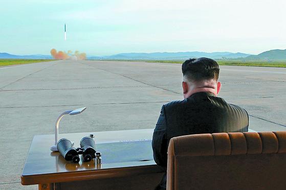 북한 김정은 노동당 위원장이 중장거리탄도미사일(IRBM)인 화성-12형 발사 훈련을 현지 지도했다고 9월 16일 조선중앙통신이 보도했다. [평양 조선중앙통신]