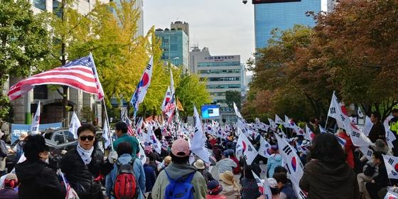 13일 서울 서초동 서울중앙지방법원 근처에서 친박단체들이 박근혜 전 대통령의 석방을 촉구하는 집회를 열었다. 이현 기자