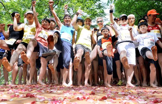 대전 계족산 황톳길 맨발마라톤 참가자들이 환호하고 있다. [중앙포토]
