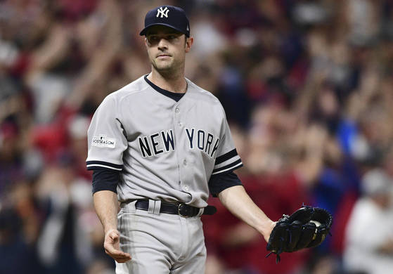 New York Yankees relief pitcher David Robertson looks back at the dugout after giving up a solo home run to Cleveland Indians' Jay Bruce in the eighth inning of Game 2 of baseball's American League Division Series, Friday, Oct. 6, 2017, in Cleveland. (AP Photo/David Dermer) <저작권자(c) 연합뉴스, 무단 전재-재배포 금지>