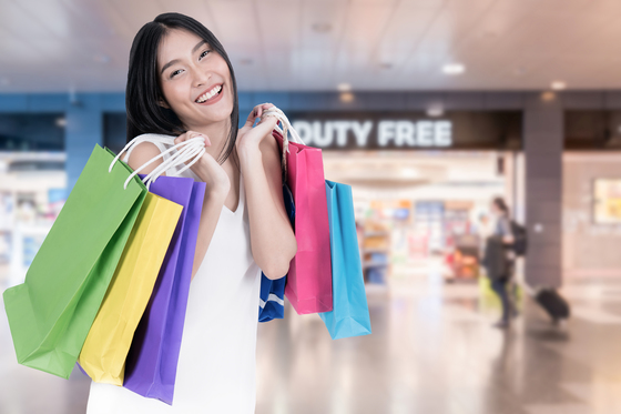 중국인 해외 위챗페이 결제건수 1위는 면세점(52%)이다. 2위 일반 소매점(16%) 대비 압도적이다. [사진 셔터스톡]