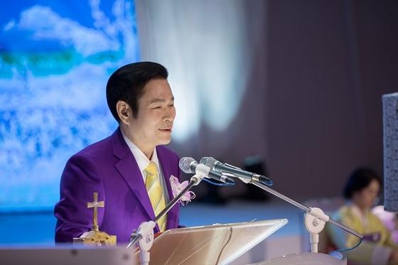 만민중앙성결교회 당회장 이재록 목사-지난 8일 창립35주년 기념예배에서 설교를 하고 있다.