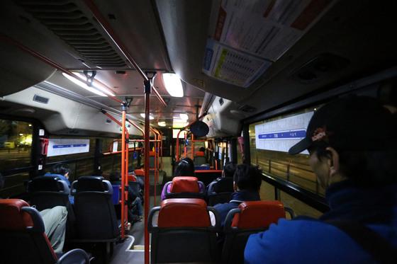 늦은 밤에 서울 시민들이 시내버스를 타고 귀가하고 있다. [중앙포토].