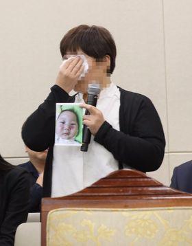 13일 국회에서 열린 복지부 국정감사에 참고인으로 출석한 학대 피해 아동 어머니 이모씨가 당시를 회상하며 눈물 흘리고 있다. [연합뉴스]