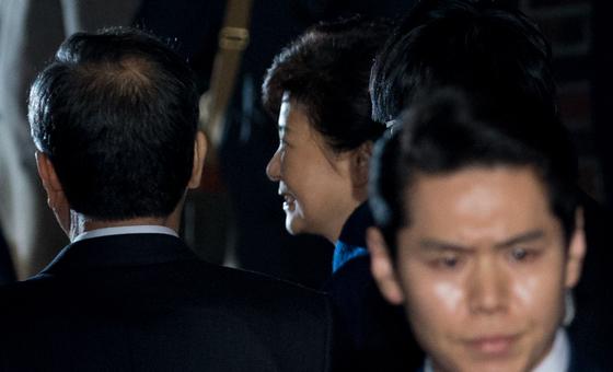 탄핵 결정으로 파면된 박근혜 전 대통령이 3월 12일 청와대에서 퇴거한 뒤 서울 강남구 삼성동 사저로 들어가기 전 지지자 등과 인사하고 있다. [중앙포토]