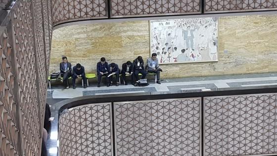 복도 한쪽에서 휴식을 취하는 관계자들의 얼굴엔 피곤함이 가득했다. 김록환 기자