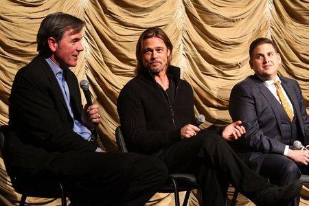 브래드 피트(가운데)와 영화에 관해 이야기하는 빌리 빈(왼쪽).