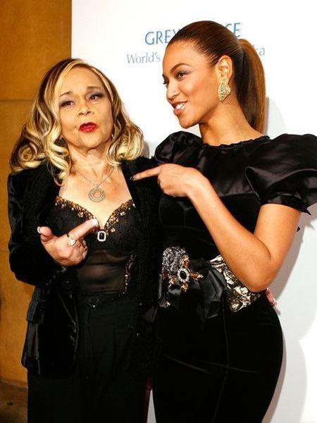 """에타 제임스(왼쪽)는 2009년 대통령 당선 파티때 자신의 노래를 부른 비욘세에 대해 """"노래실력이 형편없다. 어떻게 내 노래를 그렇게 부르느냐""""고 혹평했다."""