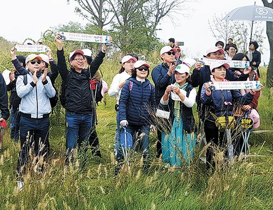 전인지 팬클럽 '플라잉 덤보' 회원들이 응원 도구를 펼치고 응원하고 있다. [김지한 기자]