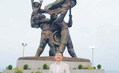 디엔비엔푸 전쟁 승리기념탑, 아래는 박보균 대기자.