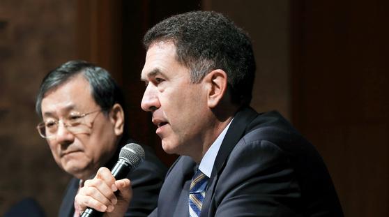 신성철 KAIST 총장(왼쪽)과 무라트 손메즈 WEF 4차산업혁명센터 총괄대표가 13일 서울 중구 롯데호텔에서 기자회견을 하고 있다. [연합뉴스]