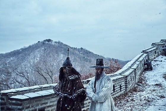 김훈의 소설을 원작으로 한 영화 '남한산성'(황동혁 감독)의 한 장면. [사진 CJ E&M]
