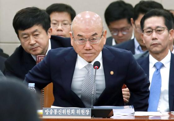 이효성 방송통신위원장이 13일 오전 국회에서 열린 국정감사에 출석해 자리에 앉고 있다. [임현동 기자]