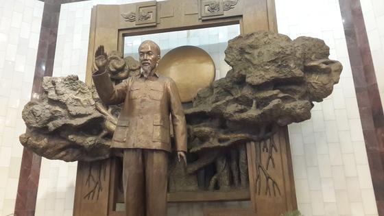 하노이의 바딘광장 옆 호찌민 기념관에 있는 호찌민 전신상. 그는 독립과 자유보다 귀한 것이 없다고 했다. 그 외침은 조국 수호의 투지를 국민 속에 전파했다.