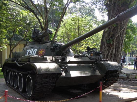 호찌민시(옛 사이공) 통일궁에 전시된 T-59전차.