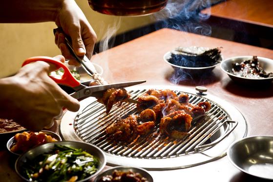 '쭈꾸미숯불구이집'은 매콤한 양념에 5~6시간 재운 주꾸미를 숯불에 구워먹는다. 김경록 기자