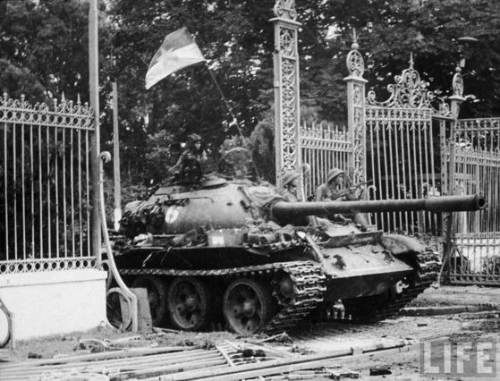 1975년 대통령궁 진입 장면. 중앙포토