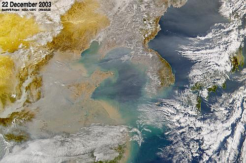 중국에서 발생한 대기오염이 서해를 넘어 한반도로 날아오고 있다. [사진 NASA]