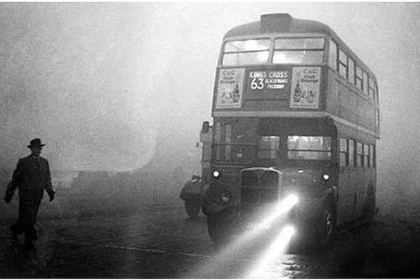 1952년 12월 영국 런던을 뒤덮었던 스모그. 당시 대기오염으로 인해 4000명이 목숨을 잃었고, 이듬해 2월까지는 모두 1만2000명이 사망했다. [중앙포토]