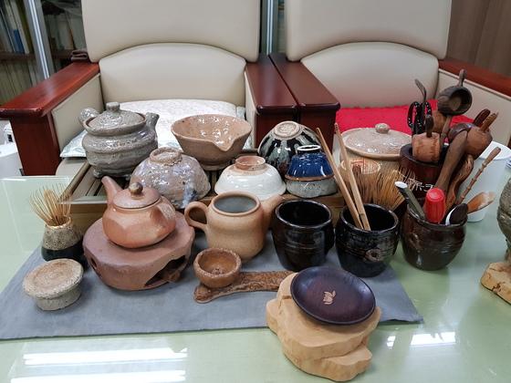 천종호 부장판사 사무실 탁자 풍경. 소년범 부모와 지인 등으로부터 선물받은 찻잔들이 놓여있다. 조강수 기자