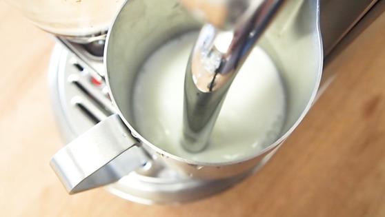 크리아티스타의 최대 강점은 바로 우유 스팀기. 풍성한 질감의 스팀 밀크를 쉽게 만들어준다. 유지연 기자