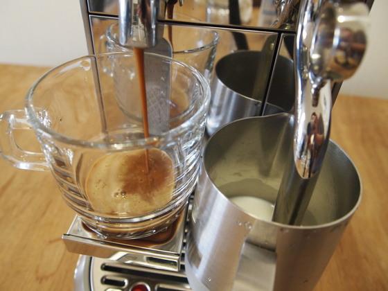 카페 라테를 만들어보았다. 커피 추출부에 컵을 두고, 우유를 채운 저그를 스팀기 아래 둔 뒤 버튼을 누르면 된다. 유지연 기자