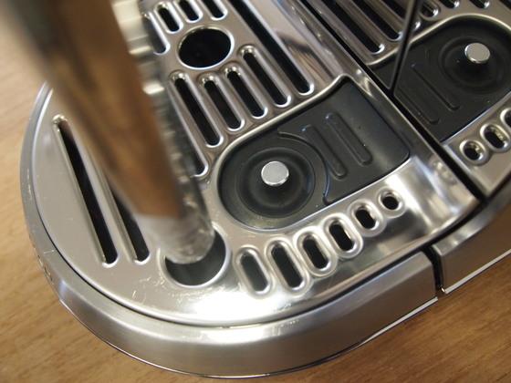 둥글게 올라와 있는 버튼이 온도 센서다. 이 위치에 스테인리스 저그를 올려두면 온도를 감지해 알맞은 온도의 우유를 만들어준다. 유지연 기자