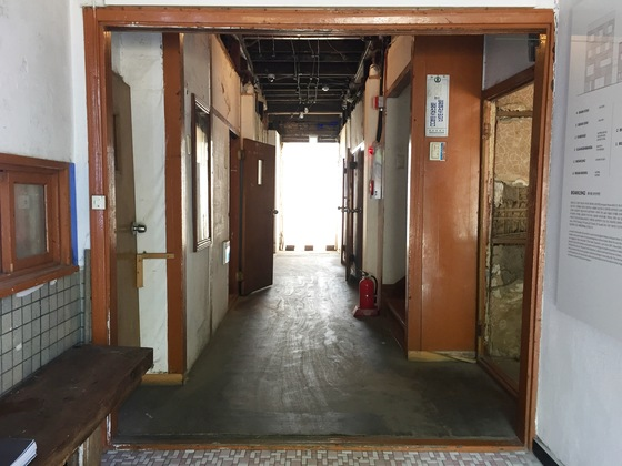 복도를 따라 열려있는 낡은 방문이 보인다.