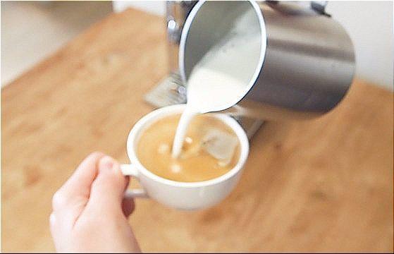 커피를 추출한 후, 스팀 밀크를 부어 플랫 화이트를 만들었다. 유지연 기자