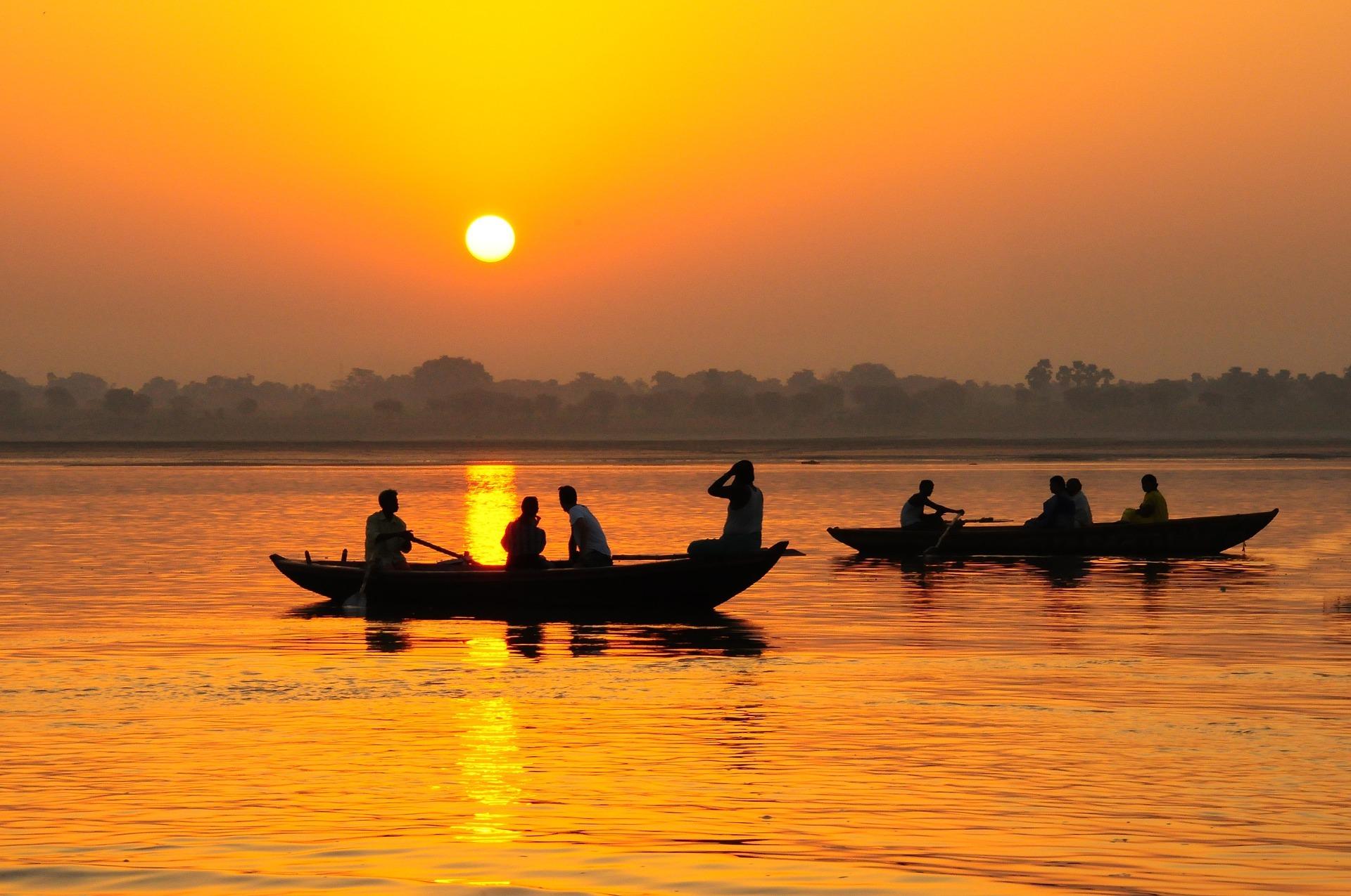 노을로 물든 갠지스 강. 싯다르타는 이 강을 건너 다시 바이샬리로 돌아갔다. 그리고 홀로 수행을 시작했다