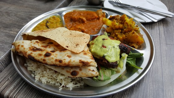 인도의 음식. 여러 종류의 카레에 인도식 빵을 찍어 먹는다. 인도는 육식보다 채식이 훨씬 더 발달돼 있다.