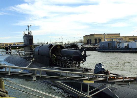 소형 잠수정(SDV)을 특수용기(DDS)에 넣고 있다. [사진 위키피디어]