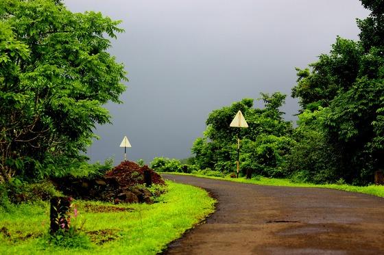 인도는 곳곳에 도로공사가 진행 중이다. 그래도 시골 오지에는 아직도 비포장 도로가 많이 있다.