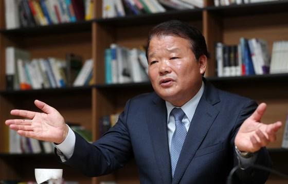 """신한용 회장은 '문재인 정부 공약 중 하나가 한반도 신경제 지도를 다시 쓰겠다는 것""""이라며 '북한을 빼고는 신경제 지도의 의미가 없다. 그런 차원에서 희망을 갖고 있다""""고 말했다. [김상선 기자]"""
