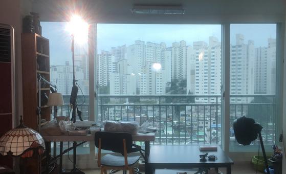 거실 창밖은 아파트숲이다. 창 아래로 내부순환도로가 지나간다.