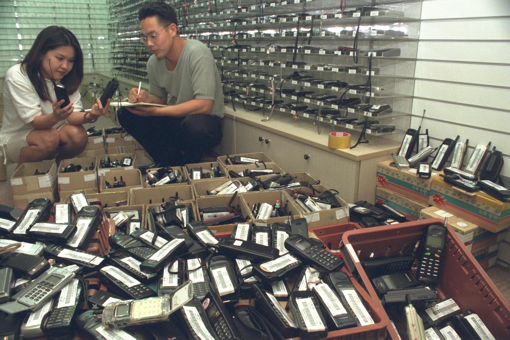 '주인을 기다리고 있습니다'분실된 휴대폰이 전국 우체국망을 통해 모아져 서울 서초동 정보통신진흥협회 분실단말기관리센터에 가득 쌓여 있다. 1년에 전국에서 폐기되는 휴대폰은 2000만대에 이르고 있다. [중앙포토]