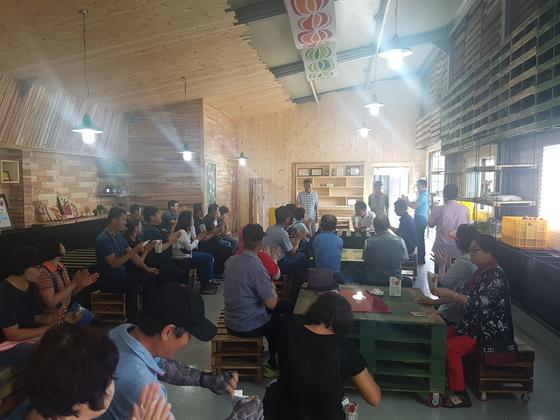 사과깡패 농장을 찾은 사람들이 체험공간에서 강의를 듣고 있다 사진 서지명