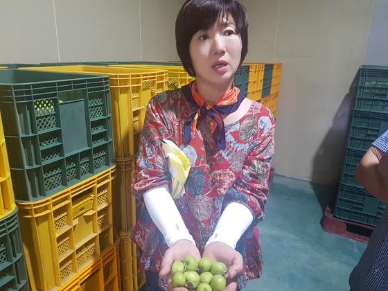 신정현 대표가 농장에서 키운 미니사과에 대해 설명하고 있다 사진 서지명