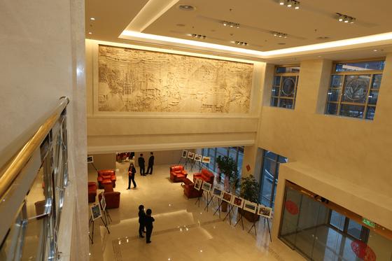 중국 대사관 1층 로비는 2층까지 천정이 뚫려 있어 시원한 느낌을 준다. 최승식 기자