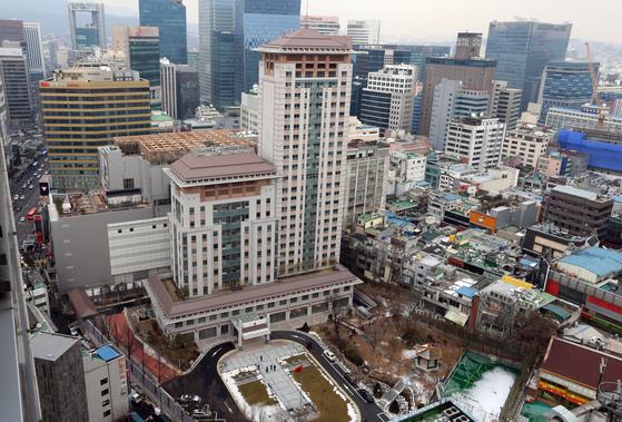 중국식 벽돌색 지붕에 주변 건물보다 훨씬 높은 24층의 중국 대사관이 위용을 자랑하고 있다. 2014년 초 대사관 개관식 때의 모습. 최승식 기자