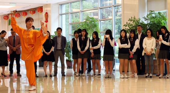 2015년 9월 중국 대사관 로비에서는 한국 학생들을 위한 태극권 시범 행사가 열렸다. 김성룡 기자