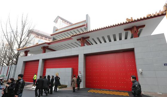 붉은색 문이 인상적인 서울 명동의 중국 대사관 정문. 최승식 기자