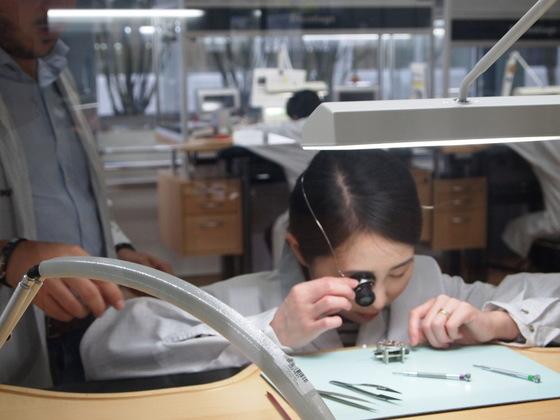 스위스 제네바 로저드뷔 본사에서 직접 시계 부품 조립을 해봤다. 유지연 기자