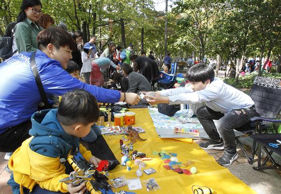 지난 22일 대구시 중구 국채보상운동기념공원에서 열린 대구 위아자 나눔장터를 찾은 시민들이 벼룩시장 좌판에서 물건을 구입하고 있다. 프리랜서 공정식