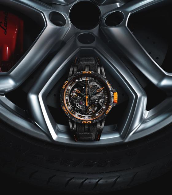 이번 람보르기니와 로저드뷔의 협업은 디자인 교류 뿐 아니라 자동차에 쓰이는 소재를 시계에 적용했다는 점에서 주목할만 하다. [사진 로저드뷔]