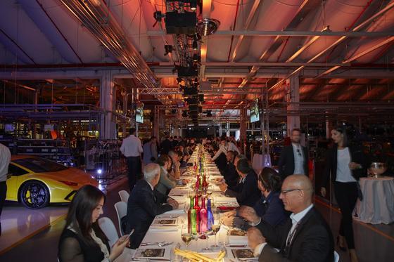 이탈리아 볼로냐의 람보르기니 매뉴팩처에서 열린 로저드뷔 엑스칼리버 아벤타도르S 출시 행사. 공장 안에 테이블과 의자를 놓고 화려한 만찬이 열렸다. [사진 로저드뷔]