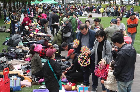 지난 22일 부산 송상현 광장에서 열린 2017 부산 위아자 나눔 장터의 개인 장터. [송봉근 기자]